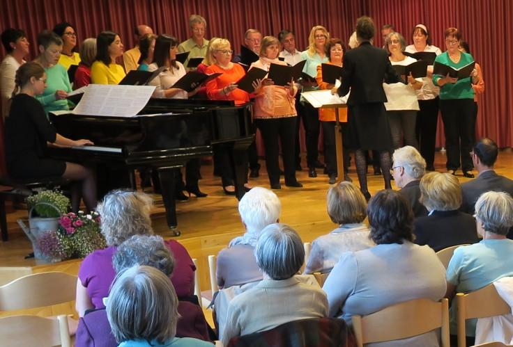 """Der gemischte Chor """"Joy of Music"""" unter der Leitung von Gabriele Hermann"""
